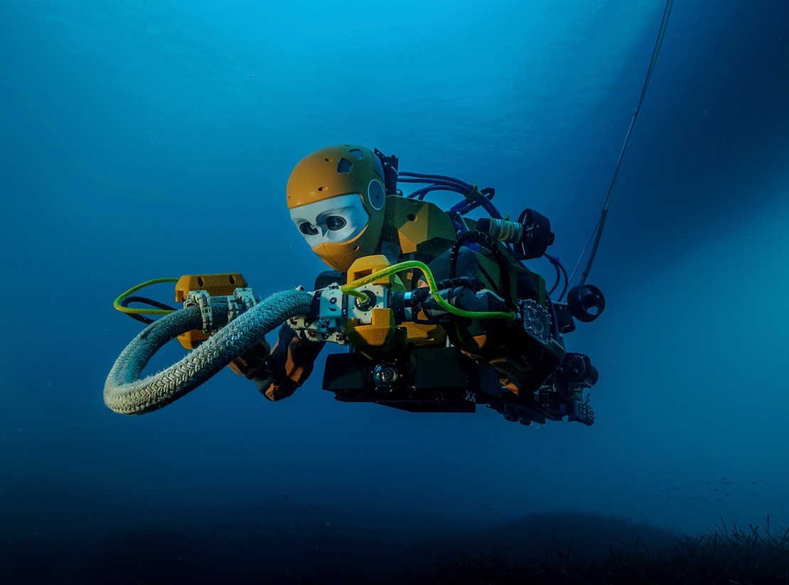 Ocean One, diving in the Mediterranean Sea at 15 meters, manipulating a rope.